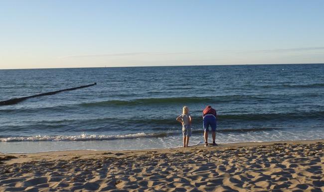 Sohn mit Papa am Strand