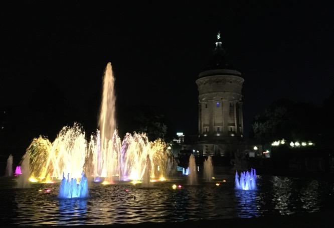 Lichtspiele vor dem Mannheimer Wasserturm zum Dämmermarathon