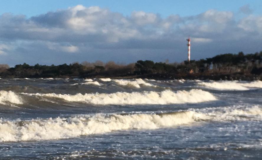 Wellen ohne Strand an der Ostsee