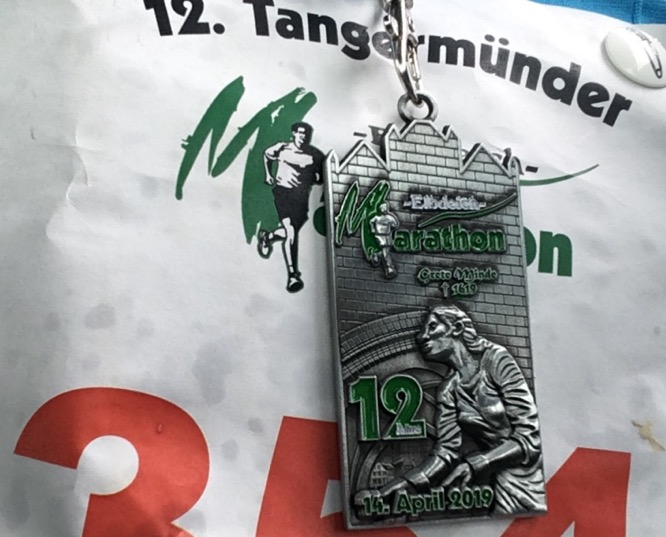 Medaille vom 12. Elbdeich-Marathon